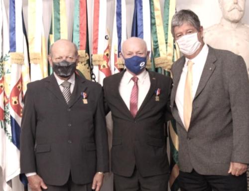 Adm. Leocir Dal Pai recebe medalha de reconhecimento da Fundação Osório